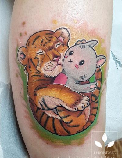 Tiger mit Stofftier